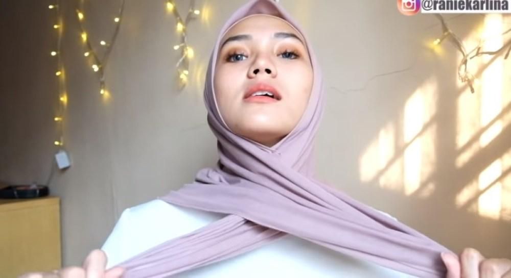 Cara Memakai Jilbab Segi Empat Sederhana untuk Wajah Bulat, Rapikan Lalu Buat Kedua SIsi Jilbab Menyilang