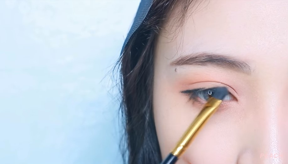 Menggunakan Eyeliner Lurus ke Bawah