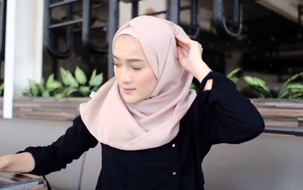 Toturial Hijab Segi Empat Model Pashmina Simple dan Modis, Sematkan Jarum Pentul di Atas Kepala Bagian Hijabnya