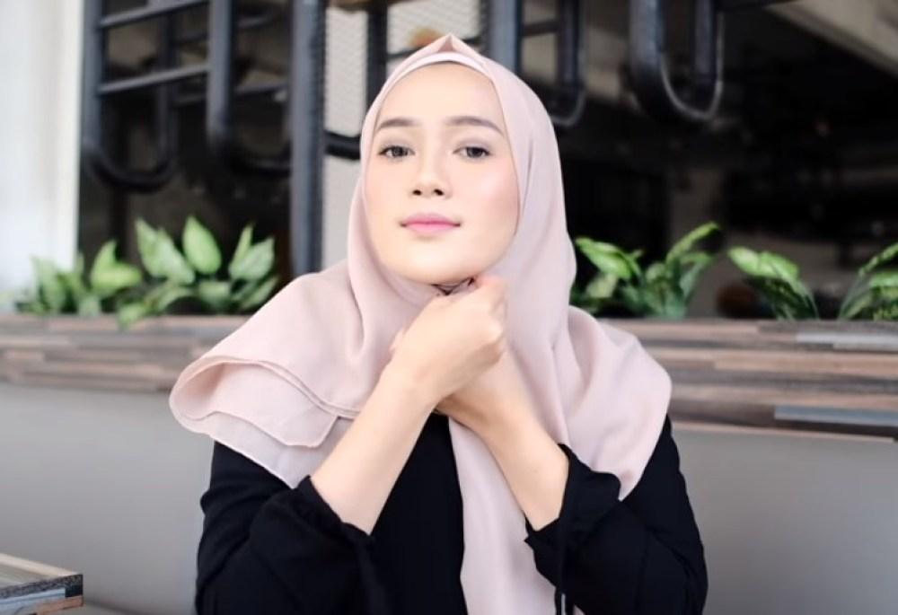 Toturial Hijab Segi Empat Model Pashmina Simple dan Modis, Sematkan Peniti Hijab di Bawah Dagu