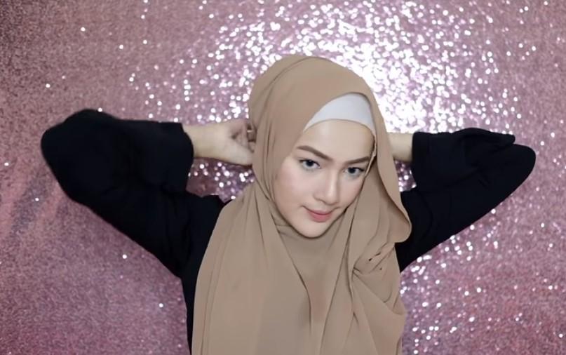 Tutorial Hijab Pashmina Syari Menutup Dada untuk Wisuda Bawa Sisi Panjang Hijab ke Arah Belakang Sematkan Peniti