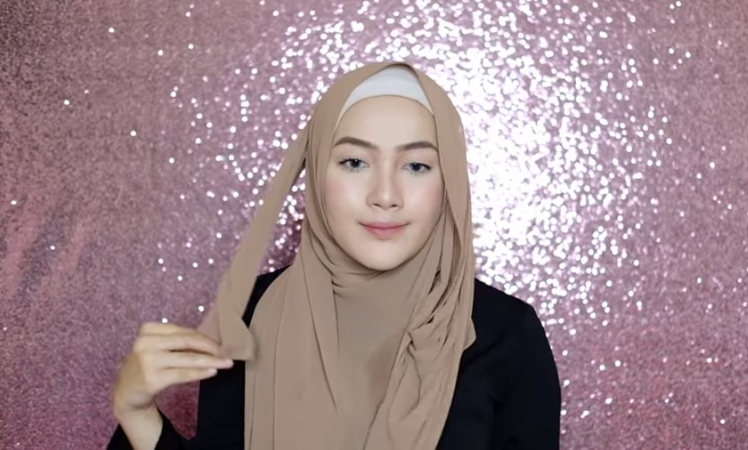 Tutorial Hijab Pashmina Syari Menutup Dada untuk Wisuda Bawa Sisi Panjang Hijab ke Arah Belakang