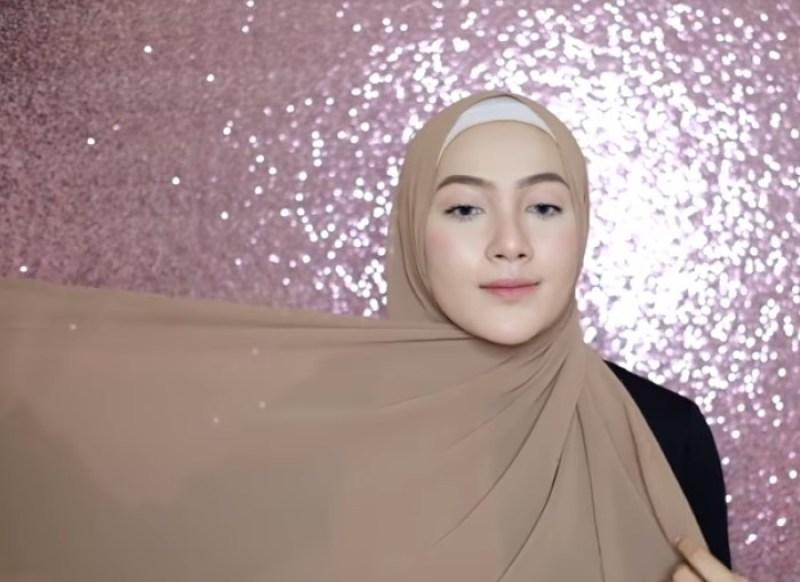 Tutorial Hijab Pashmina Syari Simple, Cepat dan Mudah Bawa Salah satu Sisi dan Letakkan Diatas Bahu