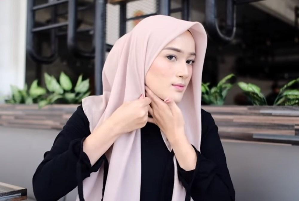 Tutorial Hijab Segi Empat Modern Simple dan Modis, Rapikan dan Lipat Salah Satu Sisi Hijab Segi Empat