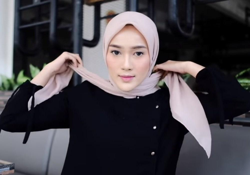 Tutorial Hijab Segi Empat Paris Simple dan Modis, Bawa Kedua Sisi Hijab Segi Empat ke Arah Belakang