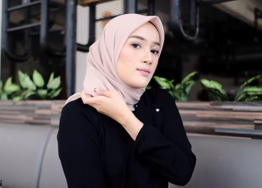 Tutorial Hijab Segi Empat Paris Simple dan Modis, Rapikan Kembali Bagian Luar Hijab Segi Empat
