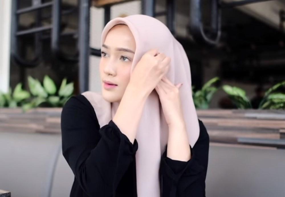 Tutorial Hijab Segi Empat Pesta Simple dan Modis, Sematkan dengan Jarum Pentul pada Hijab Agar Rapi