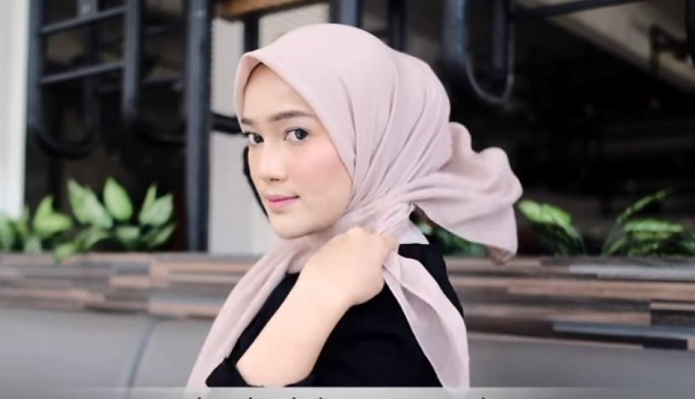 Tutorial Hijab Segi Empat Terbaru Simple Tapi Modis, Bawa Sisi Hijab yang di Belakang Ke Sisi Semula