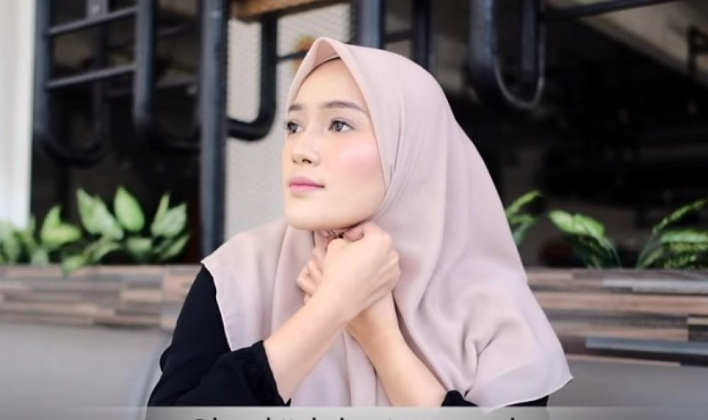 Tutorial Hijab Segi Empat Terbaru Simple Tapi Modis, Pasang atau Sematkan Peniti pada Hijab