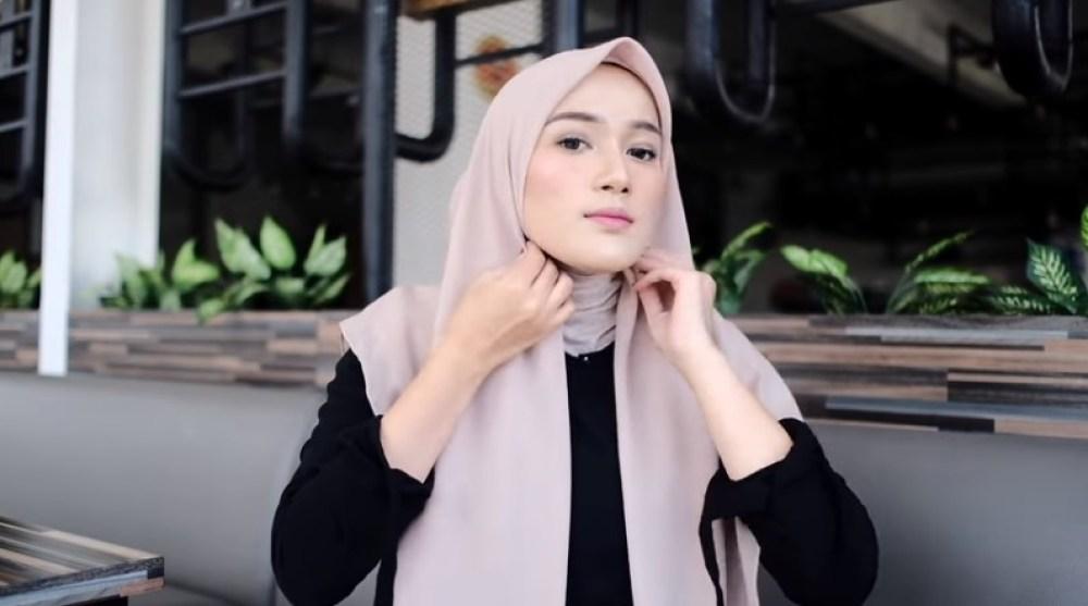 Tutorial Hijab Segi Empat Terbaru Simple Tapi Modis, Rapikan Hijab Segi Empat