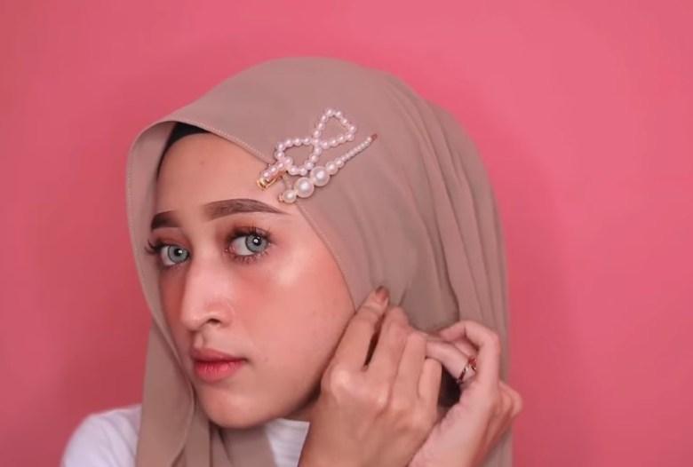 Cara Memakai Jilbab Pashmina Simple dan Mudah, Rapikan Bagian Salah Satu Sisi Samping Hijab Lalu Sematkan Jarum