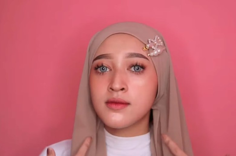 Cara Memakai Jilbab Pashmina Simple dan Mudah, Rapikan dan Akan Terlihat Seperti Gambar Ini