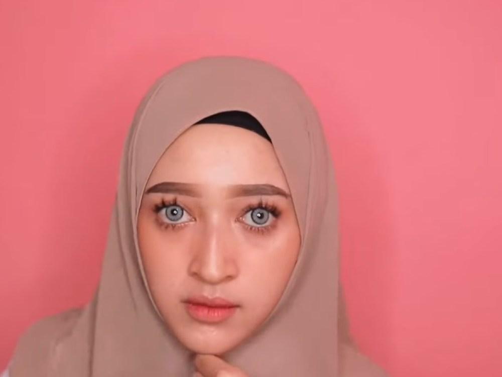 Cara Memakai Kerudung Pashmina Panjang Simple dan Mudah, Lipat Sedikit Kedua Sisi Hijab Hingga Rapi