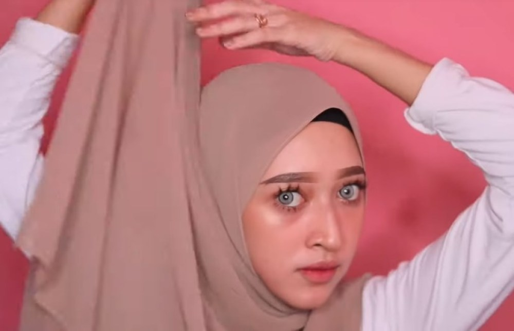 Cara Memakai Kerudung Pashmina Panjang Simple dan Mudah, Tarik Sisi Hijab yang Lebih Panjang Ke Atas