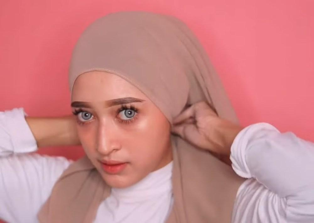 Tutorial Hijab Pashmina Kekinian dan Hits Simple dan Mudah, Kebelakangkan Hijab Lalu Sematkan Peniti Agar Rapi