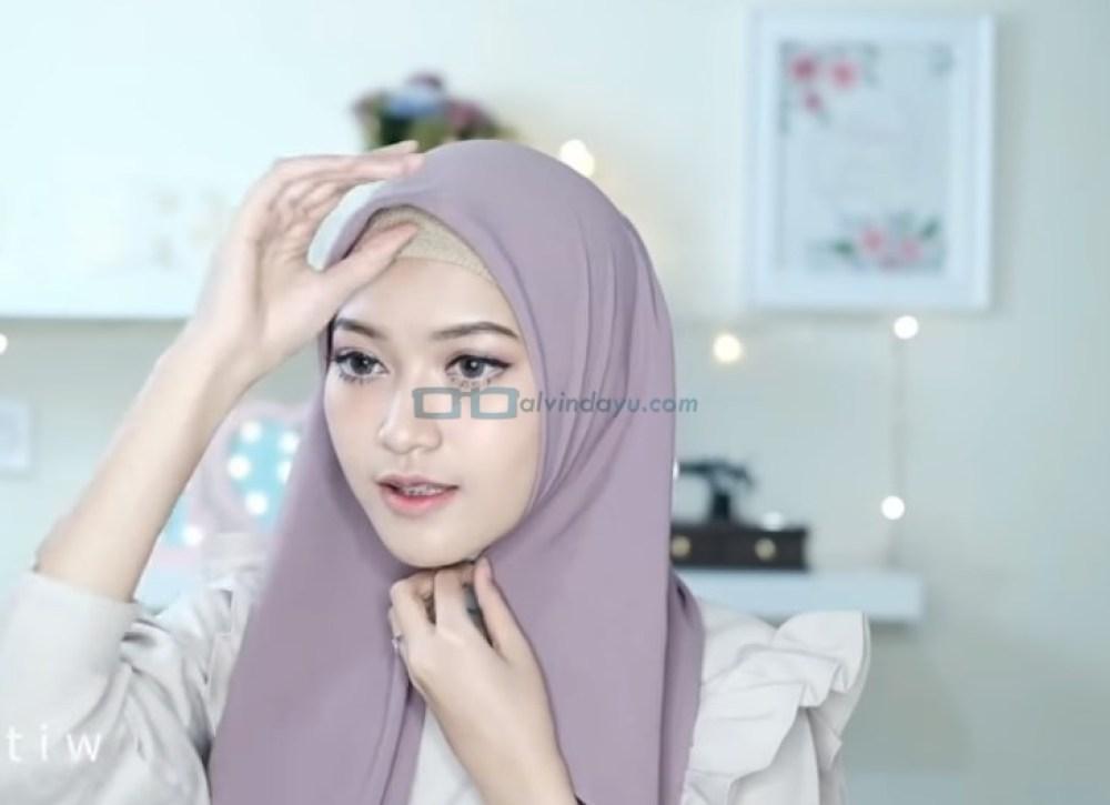 Tutorial Hijab Pashmina Pesta Cantik dan Elegan, Rapikan Hijab Pashmina Sesuai Bentuk Wajah dan Pastikan Salah Satu Sisi Hijab Lebih Panjang
