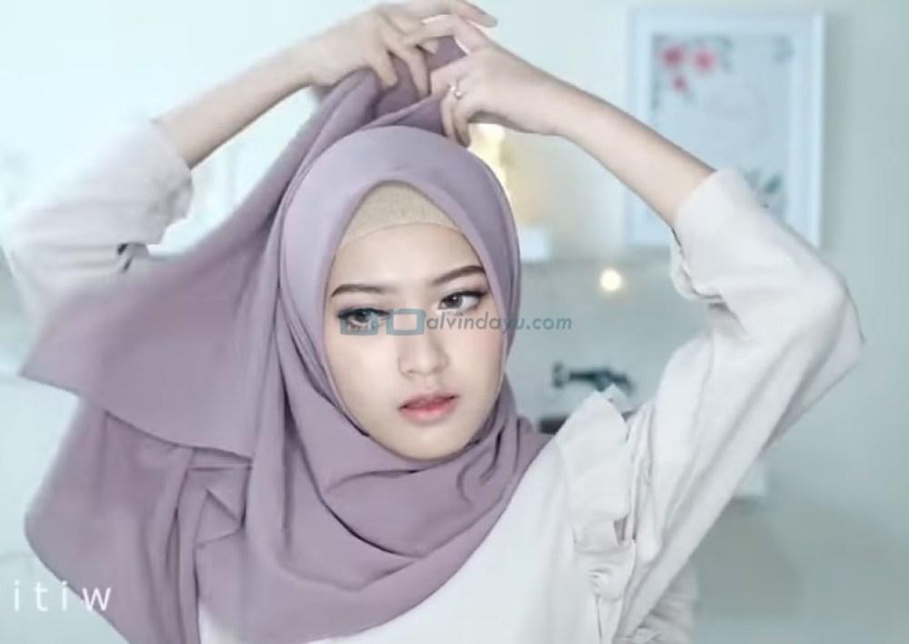Tutorial Hijab Pashmina Pesta Kekinian, Bawa Sisi Hijab yang Panjang Hingga Keatas Kepala