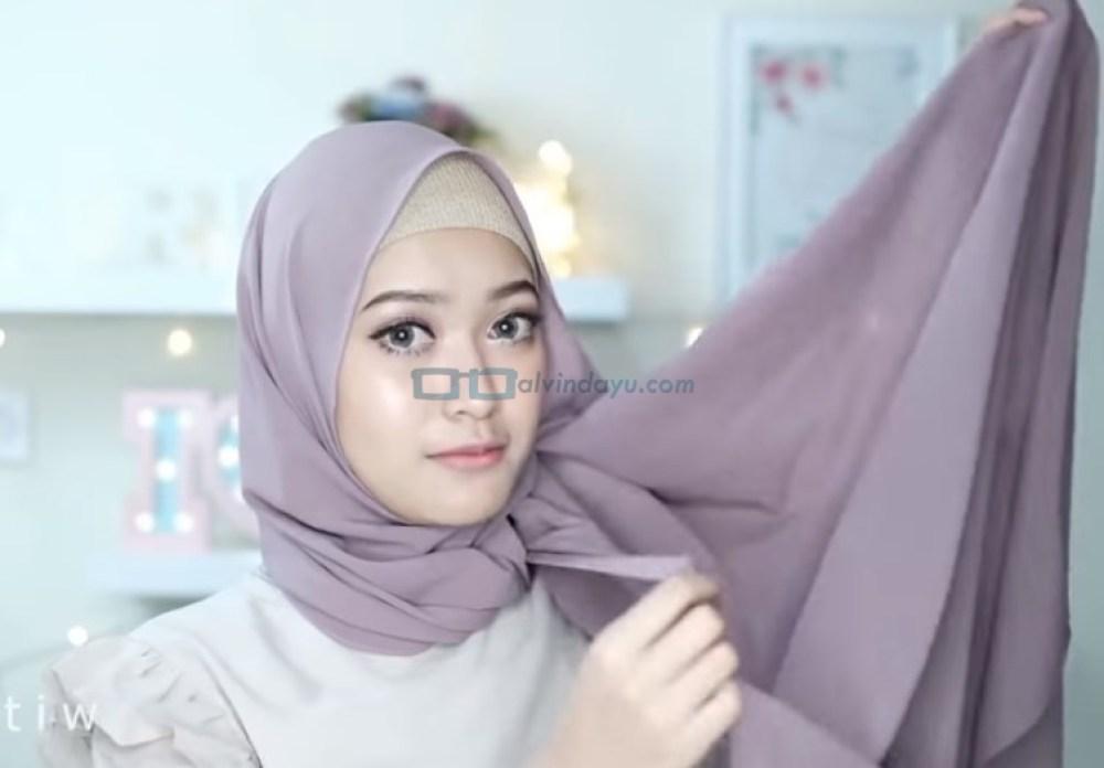 Tutorial Hijab Pashmina Pesta Pernikahan, Ambil Sisi Hijab Panjang Bagian Bawah