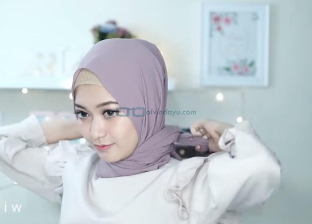 Tutorial Hijab Pashmina Pesta Simple Tanpa Jarum Pentul, Ikat Kedua Sisi Hijab dengan Rapi