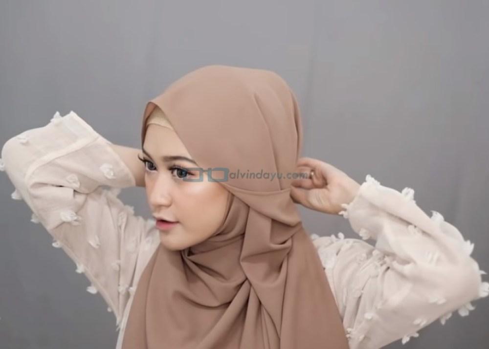 Tutorial Hijab Pashmina Simple Menutup Dada untuk Wajah Bulat, Ambil Sisi Depan Hijab yang Lainnya ke Belakang dan Sematkan Jarum Pentul
