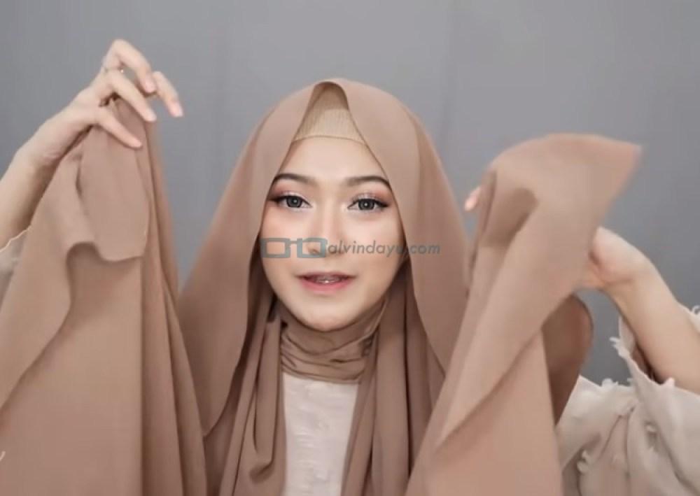 Tutorial Hijab Pashmina Simple Menutup Dada untuk Wajah Bulat, Pastikan Kedua Sisi Hijab Sama Panjang