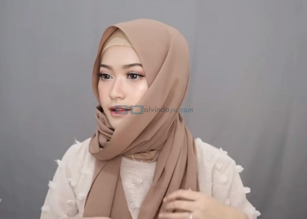 Tutorial Hijab Pashmina Simple Syari Menutup Dada, Rapikan Hijab Hingga Menutup Dada
