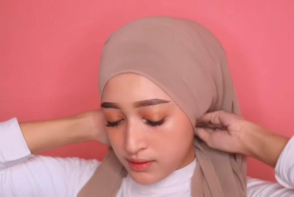 Tutorial Hijab Pashmina Simple dan Mudah Kekinian, Buat Hijab Rapi Kebelakang Lalu Sematkan Peniti
