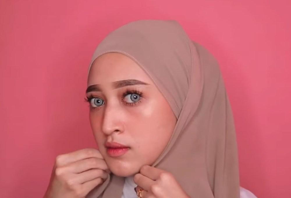 Tutorial Hijab Pashmina Simple dan Mudah Kekinian, Rapikan dan Lipat Hijab Hingga ke Bawah Dagu