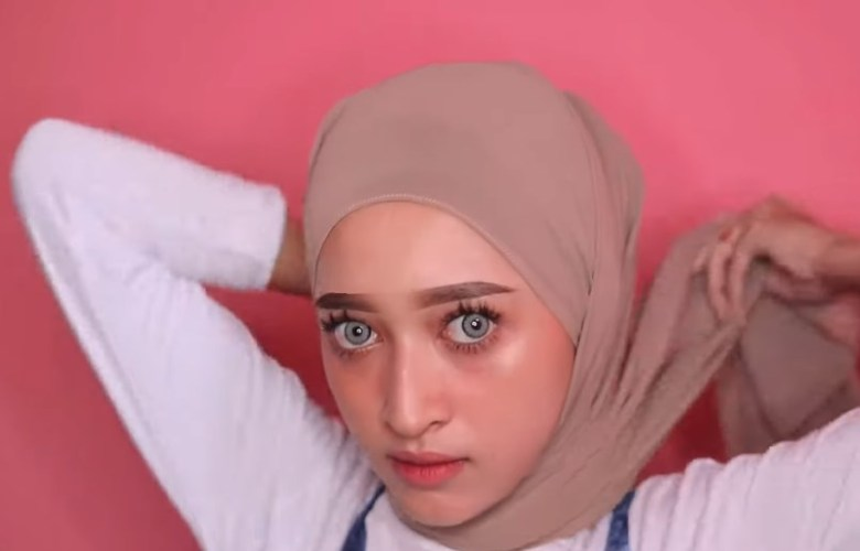 Tutorial Hijab Pashmina Simple dan Mudah Kekinian, Silangkan Hijab ke Belakang Lalu Ikat Rapi