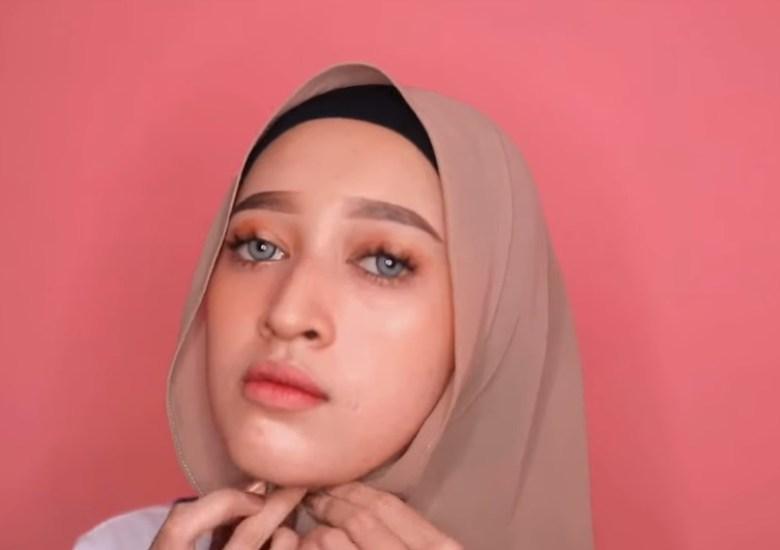 Tutorial Hijab Pashmina untuk Remaja Simple dan Mudah, Rapikan Lalu Sematkan Jarum Pentul di Bawah Dagu
