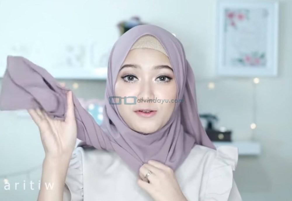 Tutorial Hijab Pesta Elegan Model Pashmina Tanpa Pentul, Bawa Sisi Hijab Pendek Ke Belakang