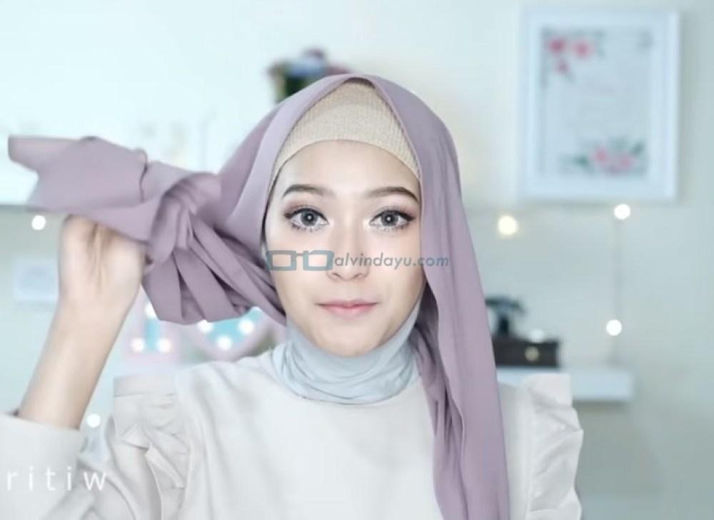 Tutorial Hijab Pesta Elegan Model Pashmina Tanpa Pentul, Pastikan Salah Satu Sisi Hijab Lebih Panjang