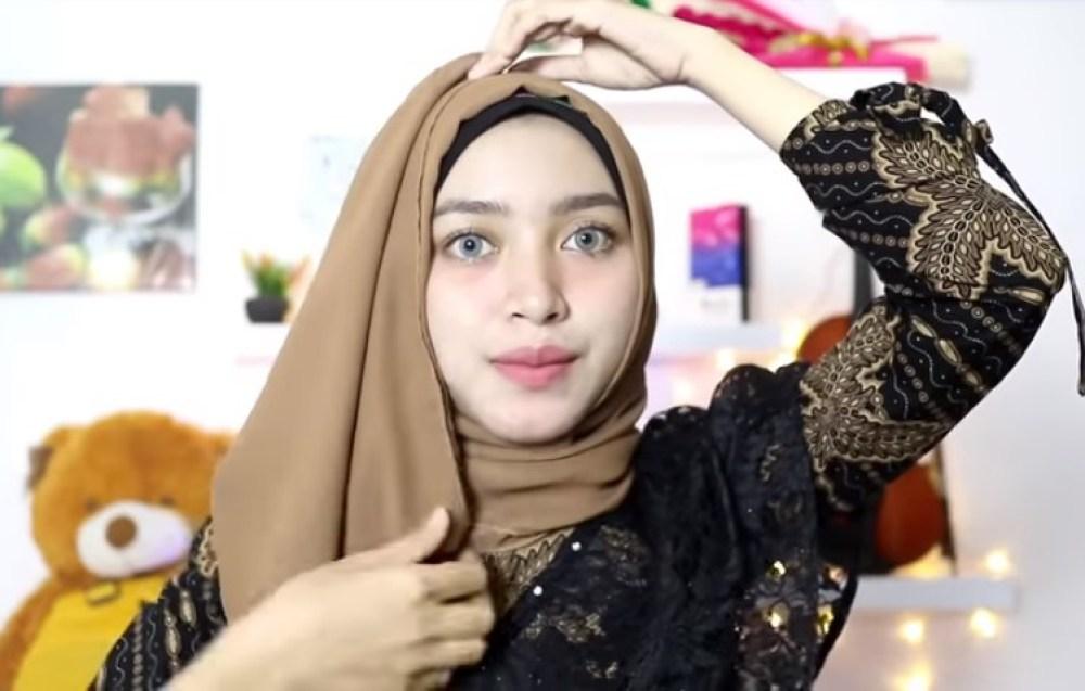 Tutorial Hijab Pesta Elegan Segi Empat. Sematkan Peniti Agar Lebih Rapi