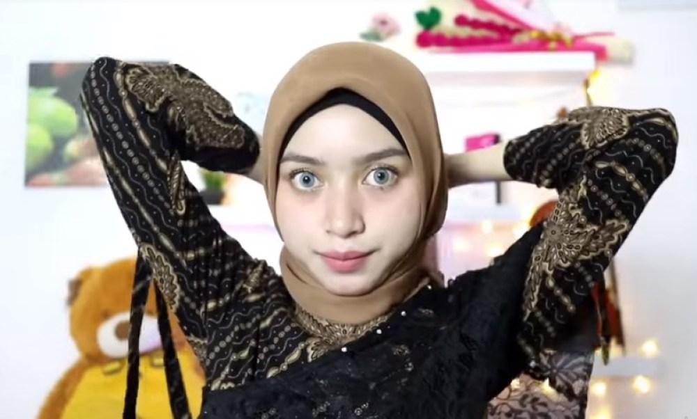 Tutorial Hijab Segi Empat Pesta Simple Modern Kekinian, Silangkan Kedua Sisi Hijab Lalu Ikatkan ke Beakang
