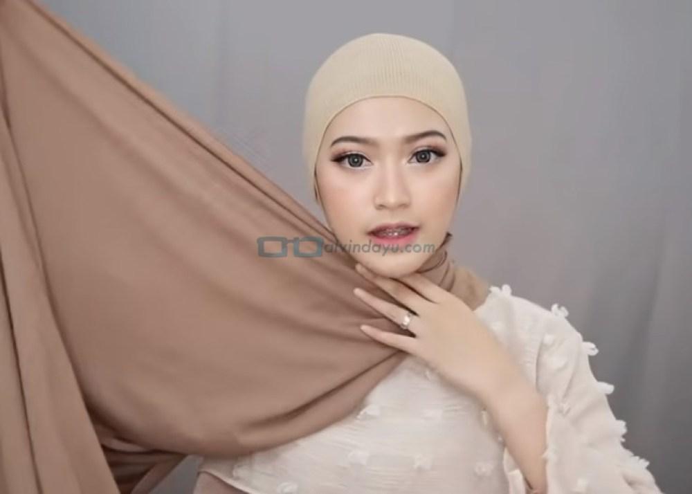 Tutorial Pashmina Simple Menutup Dada Kekinian, Bawa Sisi Hijab ke Atas Kepala