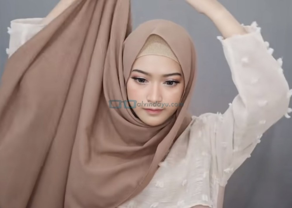 Tutorial Pashmina Simple Menutup Dada Kekinian, Bawa Sisi Hijab yang Panjang ke Atas Kepala