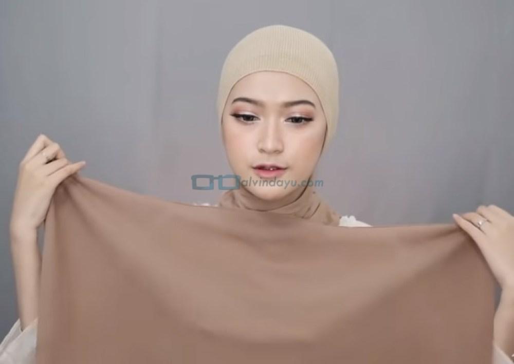 Tutorial Pashmina Simple Menutup Dada Kekinian, Gunakan Sisi Pendek Hijab Pashimna