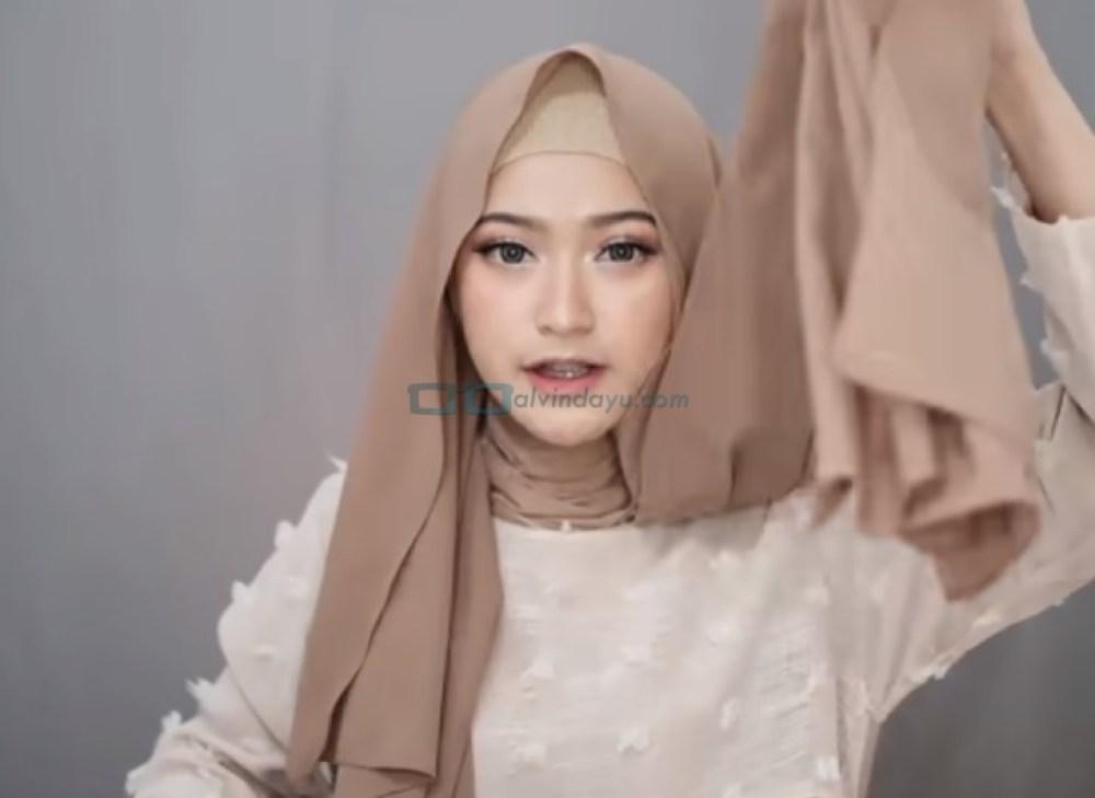 Tutorial Pashmina Syari Simple dan Mudah, Buat Salah Satu Sisi Hijab Lebih Panjang dari yang Lainnya