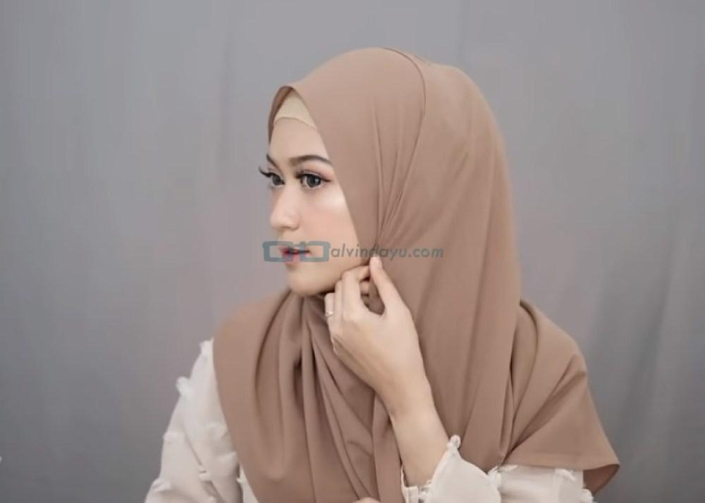 Tutorial Pashmina Syari Simple dan Mudah, Rapikan dan Sematkan Peniti Pada Bagian Samping Hijab