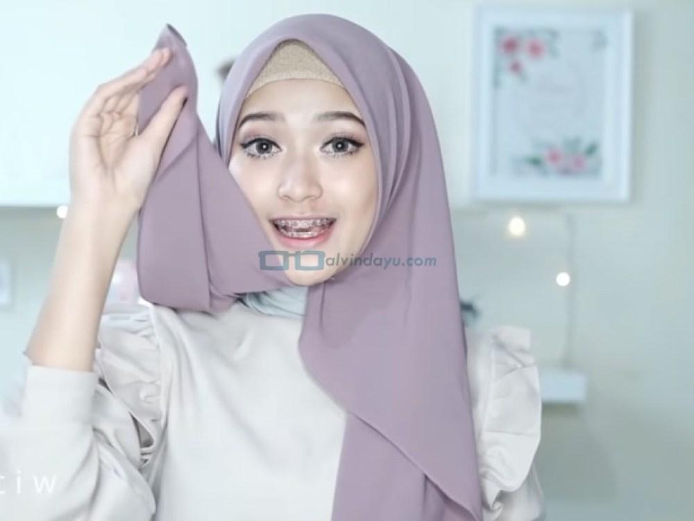 Tutorial HIjab Pashmina Pesta Ala Selebgram, Bawa Sisi Hijab yang Pendek Ke Belakang