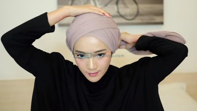 Tutorial Hijab Pashmina Diamond Turban, Bawa Sisi Hijab Lainnya Melingkari Kepala