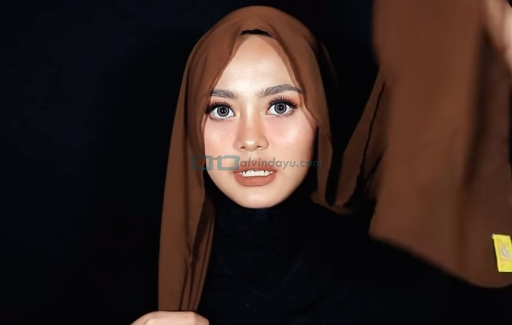 Tutorial Hijab Pashmina Diamond untuk Remaja Kekinian, Buat Salah Satu Sisi Hijab Lebih Panjang