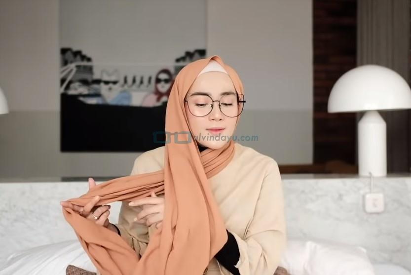 Tutorial Hijab Pashmina Simple Kuliah Pakai Kacamata, Bawa Salah Satu Sisi Hijab ke Belakang Sisi Lainnya