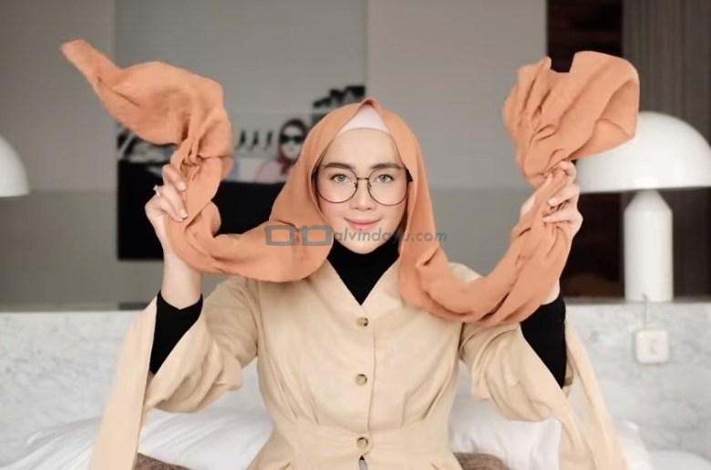 Tutorial Hijab Pashmina Simple Kuliah Pakai Kacamata, Buat Kedua Sisi Hijab Pashmina Sama Panjang
