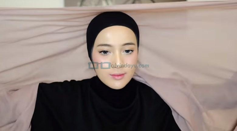 Tutorial Hijab Pashmina Simple dan Mudah, Kenakan Hijab Pashmina dan Buat Salah Satu Sisi Hijab Lebih Panjang