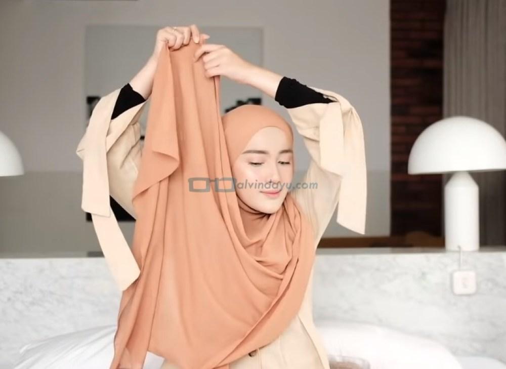 Tutorial Hijab Pashmina Simple dan Mudah Kuliah, Bawa Sisi Hijab Pashmina Panjang ke Atas Kepala
