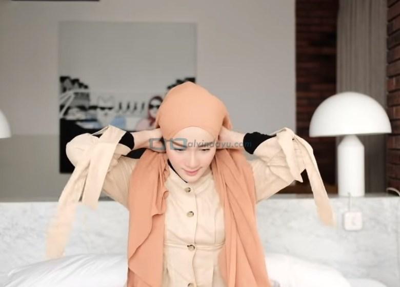 Tutorial Hijab Pashmina Simple dan Mudah Kuliah, Rapikan dan Bawa Kedua Sisi Hijab ke Belakang