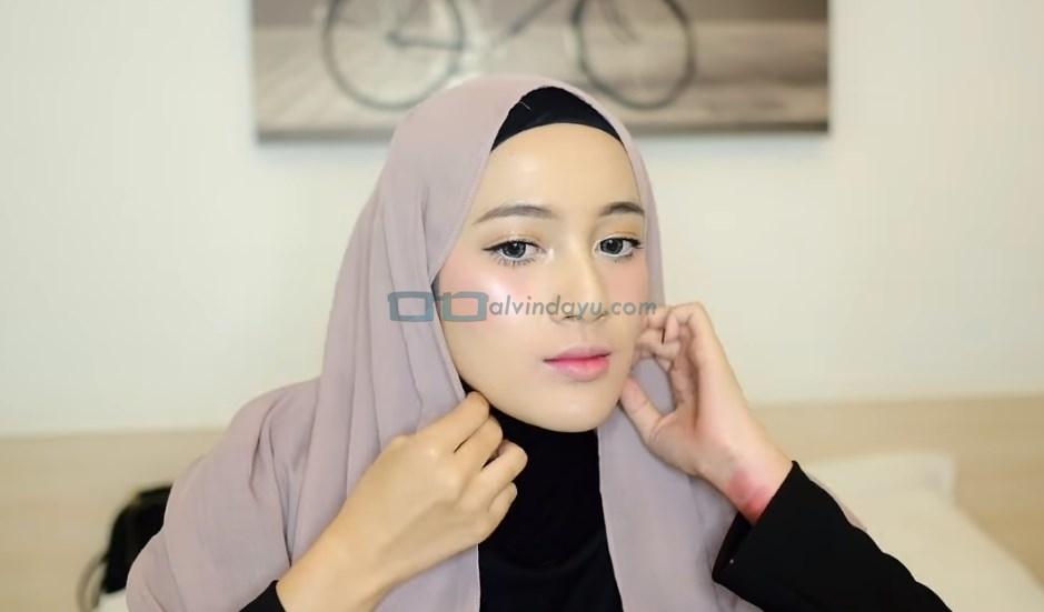 Tutorial Hijab Pashmina Simple dan Mudah, Lipat Sedikit Kedua Sisi Hijab Pashmina dengan Rapi