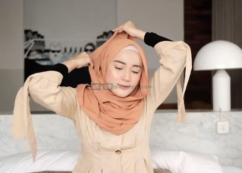 Tutorial Hijab Pashmina Simple untuk Remaja Kuliah, Bawa Hijab Pashmina Panjang Hingga ke Atas Kepala