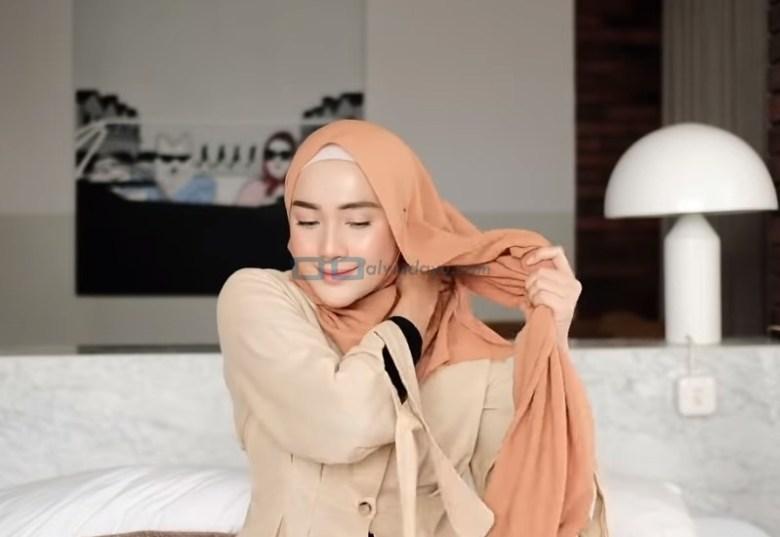 Tutorial Hijab Pashmina Simple untuk Remaja Kuliah, Masuk atau ke Belakangkan Hijab Pashmina Pendek